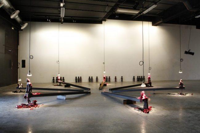 Rivière / Revers - Idoles en paraffine, poutres métalliques - 760 cm de circonférence - 2012 (Vue d'exposition 3 EN UN / La Sculpture, Le Générateur, Gentilly 2012)
